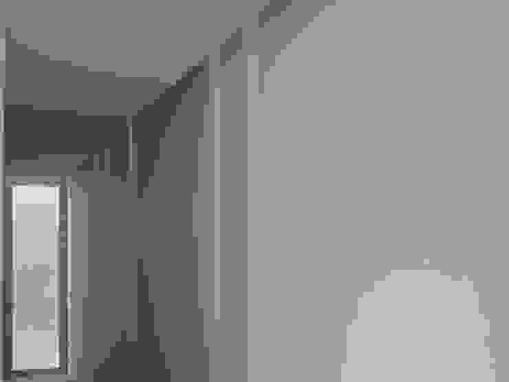 Minimalist corridor, hallway & stairs by Claudia Tidy Arquitectura Minimalist