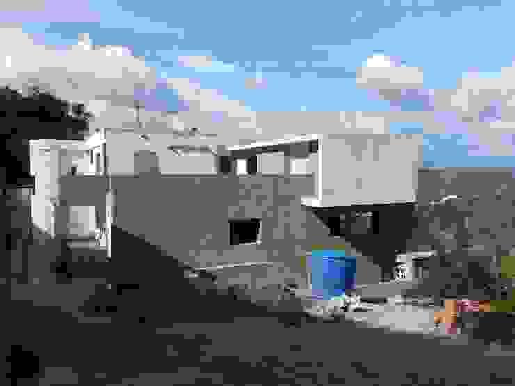 Fachada lateral MARATEA estudio Casas de estilo minimalista Concreto Gris