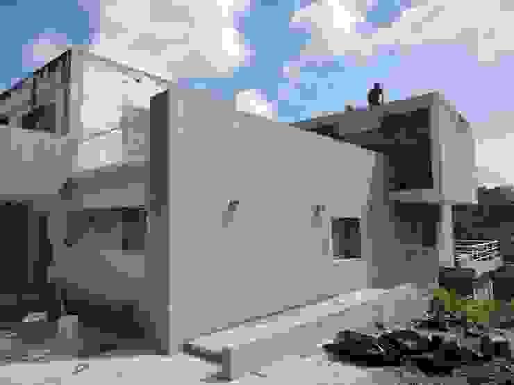 Perspectiva de la fachada MARATEA estudio Casas de estilo minimalista Concreto Gris