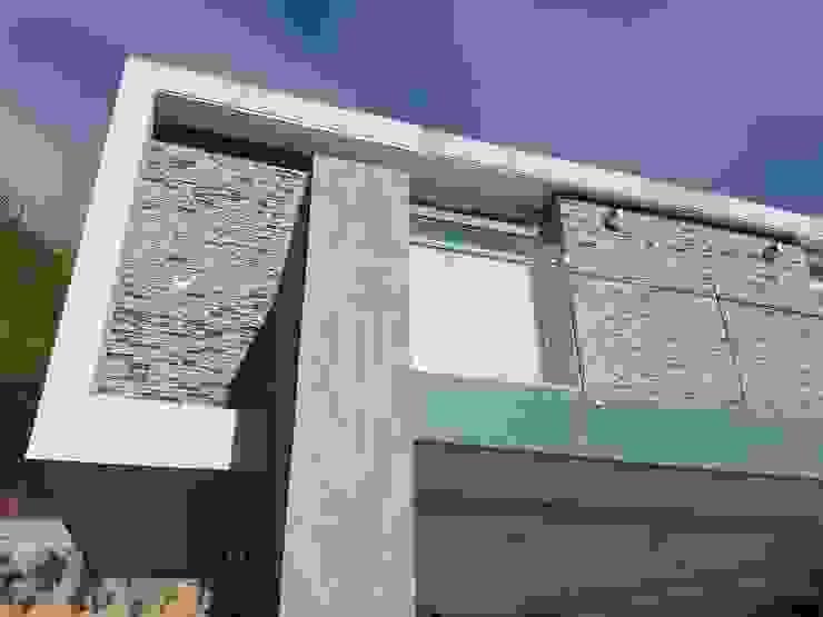 Fachada posterior MARATEA estudio Casas de estilo minimalista Vidrio Gris