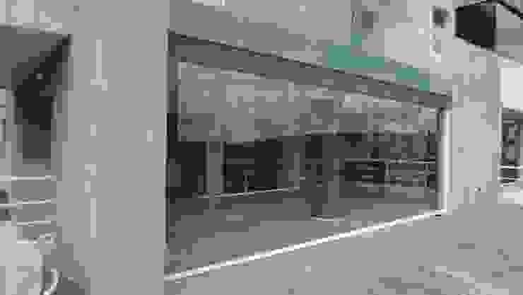 Terraza posterior MARATEA estudio Balcones y terrazas de estilo minimalista Vidrio Gris