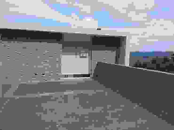 Terraza superior MARATEA estudio Balcones y terrazas de estilo minimalista Concreto Gris