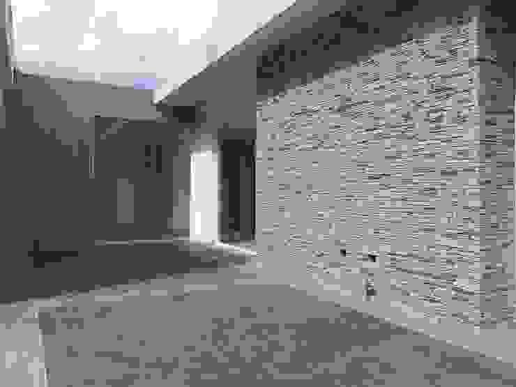 Terraza superior MARATEA estudio Balcones y terrazas de estilo minimalista Piedra Gris