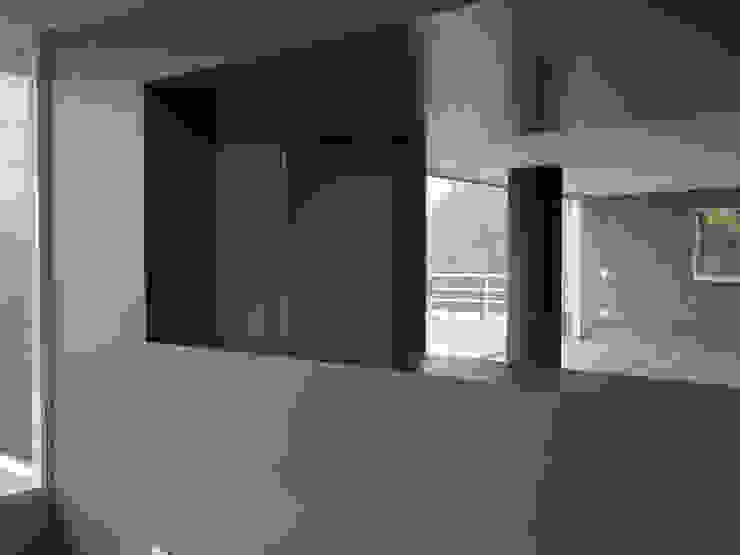 Vista desde el comedor MARATEA estudio Salas de entretenimiento de estilo minimalista Concreto