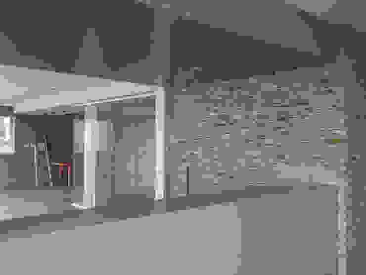 Vista desde el comedor MARATEA estudio Salas de entretenimiento de estilo minimalista Concreto Gris