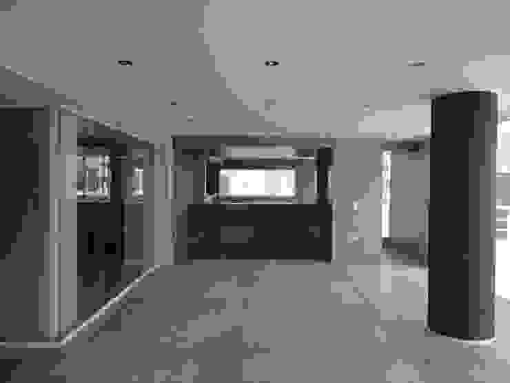 Sala de entretenimiento. Vista hacia el comedor MARATEA estudio Salas de entretenimiento de estilo minimalista Concreto reforzado Gris