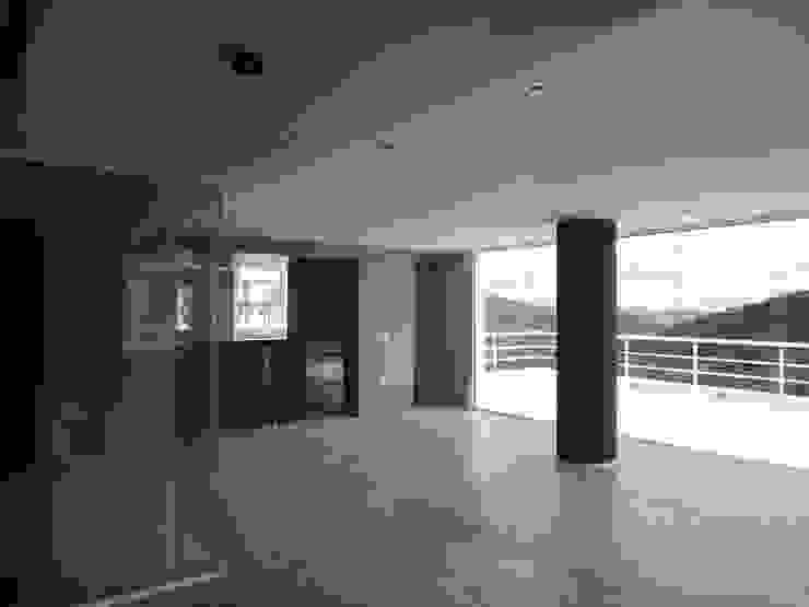 Sala de entretenimiento & Bar MARATEA estudio Salas de entretenimiento de estilo minimalista Vidrio
