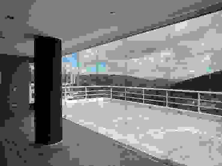 Sala de entretenimiento & Bar. Vista hacia la terraza MARATEA estudio Balcones y terrazas de estilo minimalista Vidrio Gris