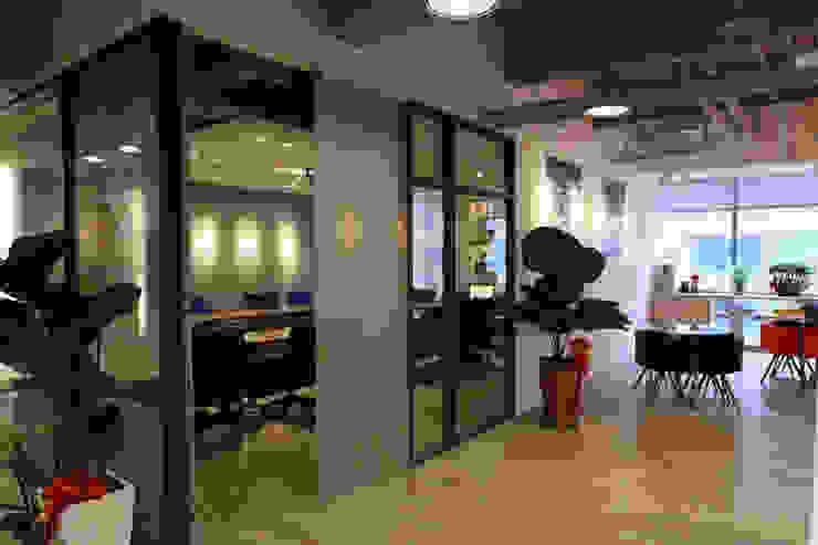 大會議室&員工休憩區 根據 Hi+Design/Interior.Architecture. 寰邑空間設計 現代風