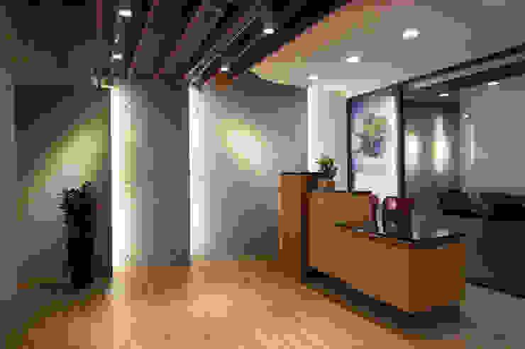 Lobby 根據 Hi+Design/Interior.Architecture. 寰邑空間設計 現代風