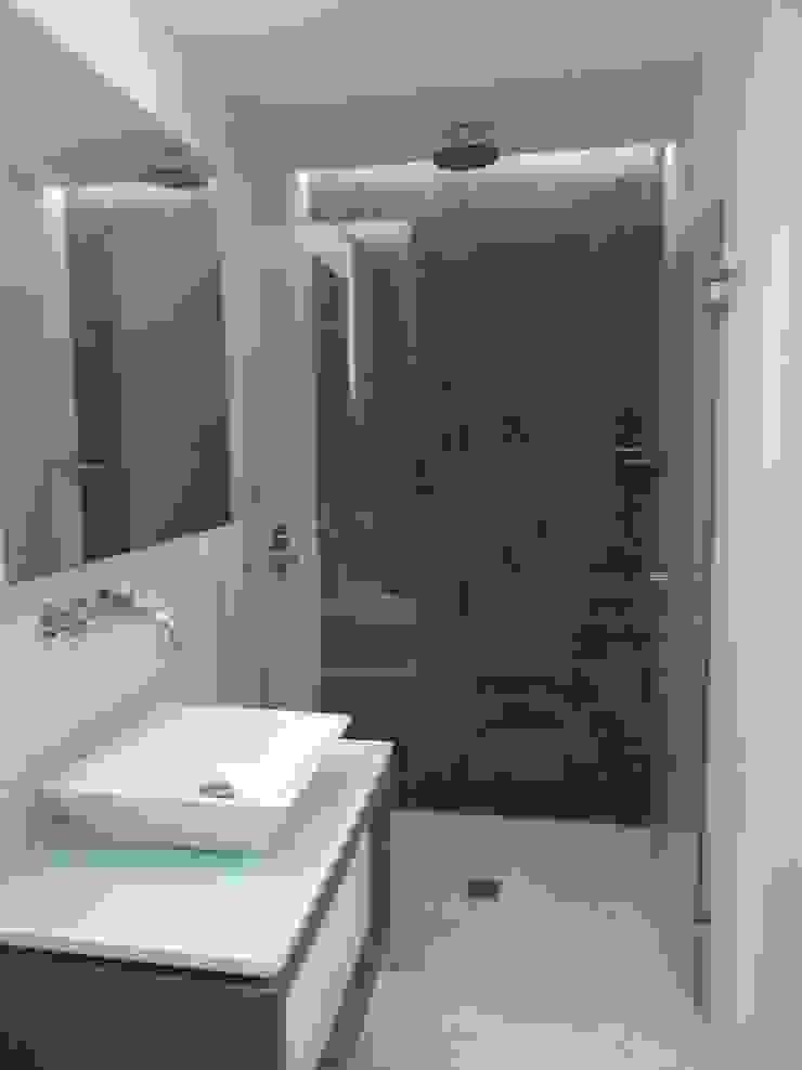 Baño Hab. de huespedes MARATEA estudio Baños de estilo minimalista Pizarra Gris