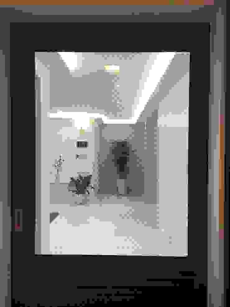 Pasillos, vestíbulos y escaleras de estilo moderno de Design Partner Blue box Moderno