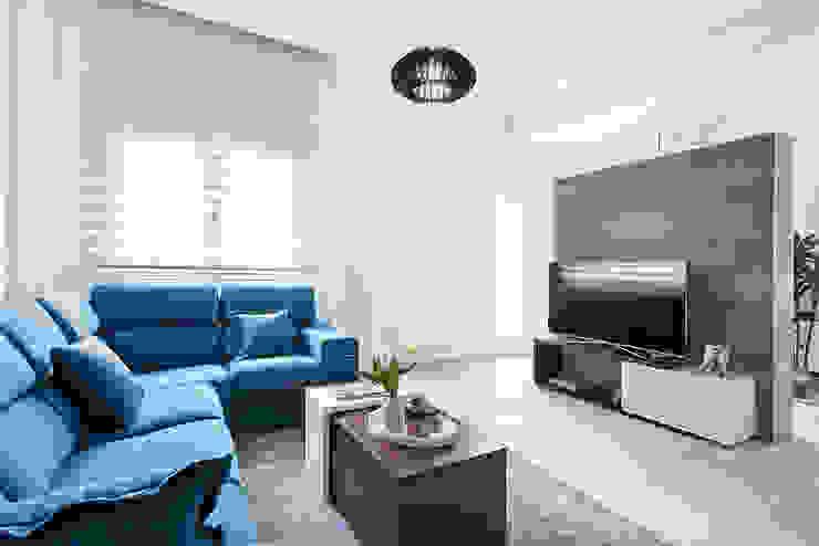 Minimalist living room by PL Architecture Minimalist