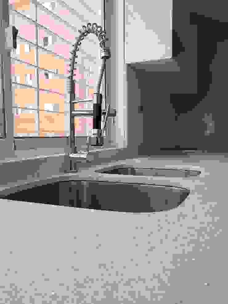 Topes en Cuarzo Blanco Diamante Cocinas de estilo moderno de Revestimientos La Cantera c.a. Moderno Cuarzo