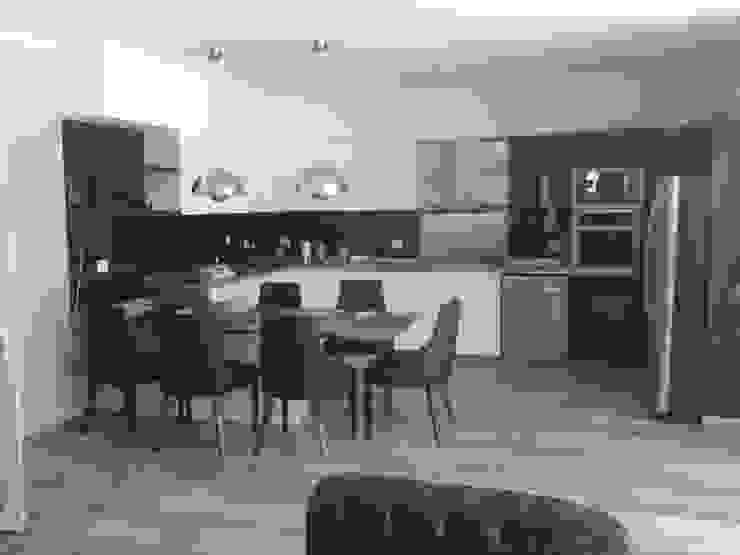 Cocina moderna minimalista, realizada en laca negra brillante , laca blanca semimate y mesadas y detalles de acero inoxidable. de Flag equipamientos Minimalista Madera Acabado en madera