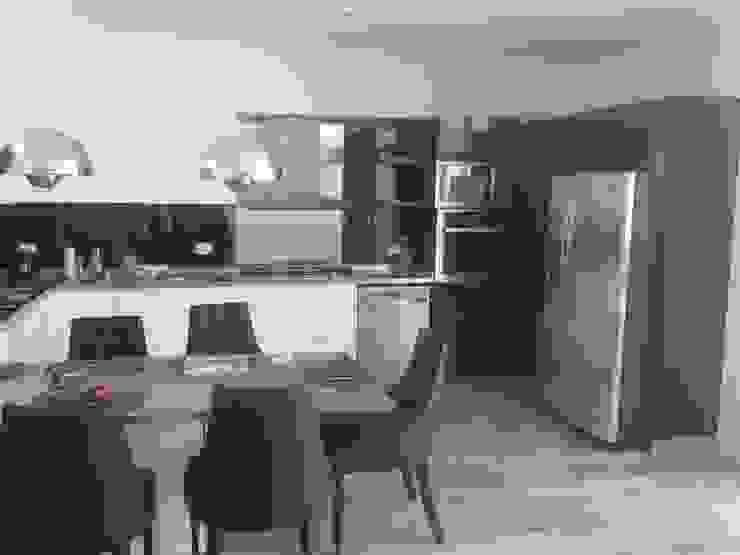 Cocina moderna minimalista, realizada en laca negra brillante , laca blanca semimate y mesadas y detalles de acero inoxidable. de Flag equipamientos Minimalista Derivados de madera Transparente