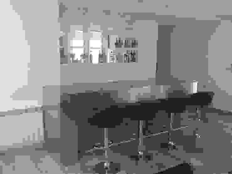 Mueble Bar minimalista, realizada en laca negra brillante , laca blanca semimate y mesadas y detalles de acero inoxidable. de Flag equipamientos Minimalista Hierro/Acero