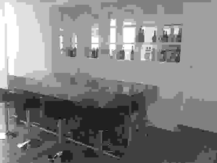 Cocina moderna minimalista, realizada en laca negra brillante , laca blanca semimate y mesadas y detalles de acero inoxidable. de Flag equipamientos Minimalista Hierro/Acero