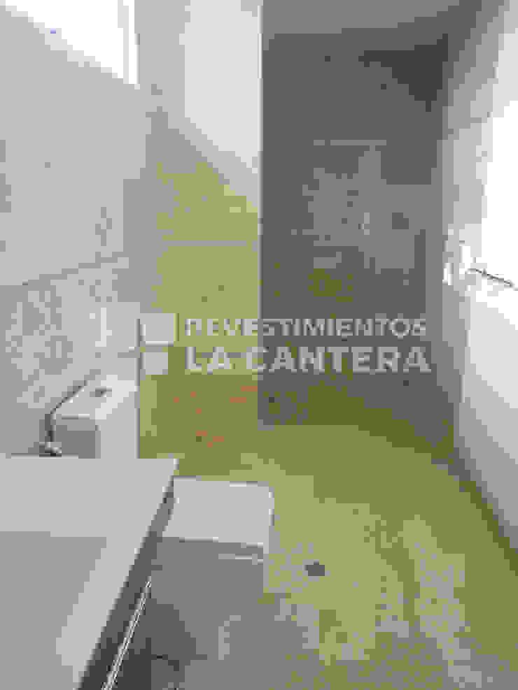 現代浴室設計點子、靈感&圖片 根據 Revestimientos La Cantera c.a. 現代風 大理石