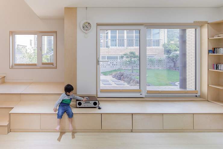 Paredes y suelos de estilo moderno de 소하 건축사사무소 SoHAA Moderno