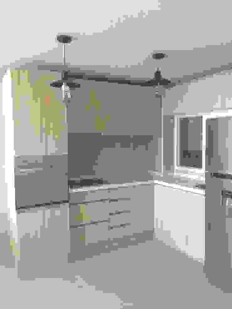 Cocina terminada con cubierta de granito de N.Muebles Diseños Limitada