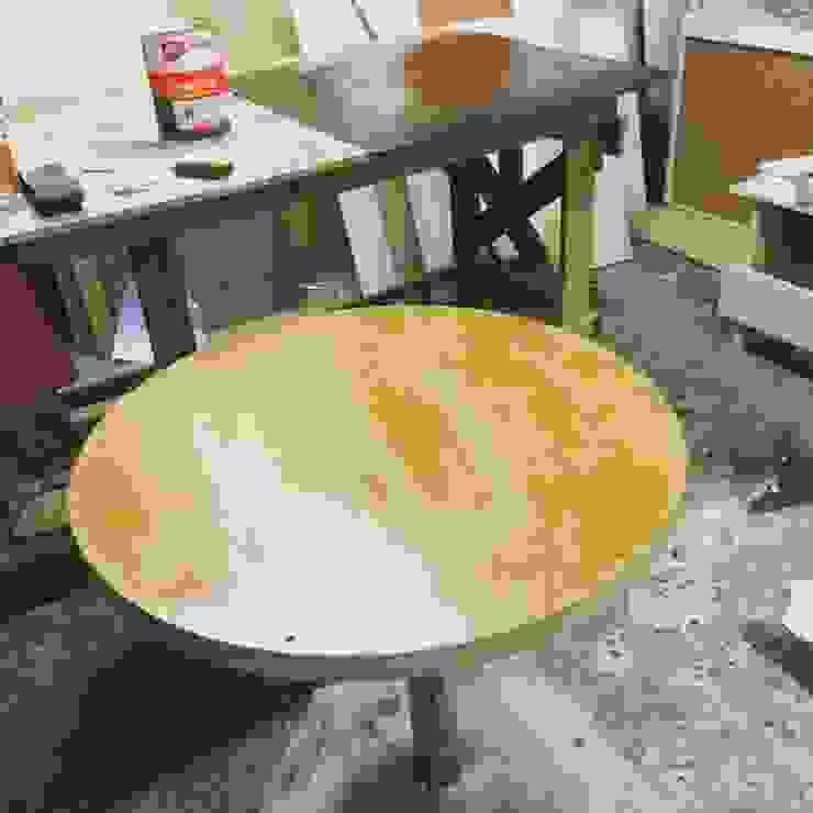 Revestimiento de mesa redonda Comedores de estilo moderno de N.Muebles Diseños Limitada Moderno
