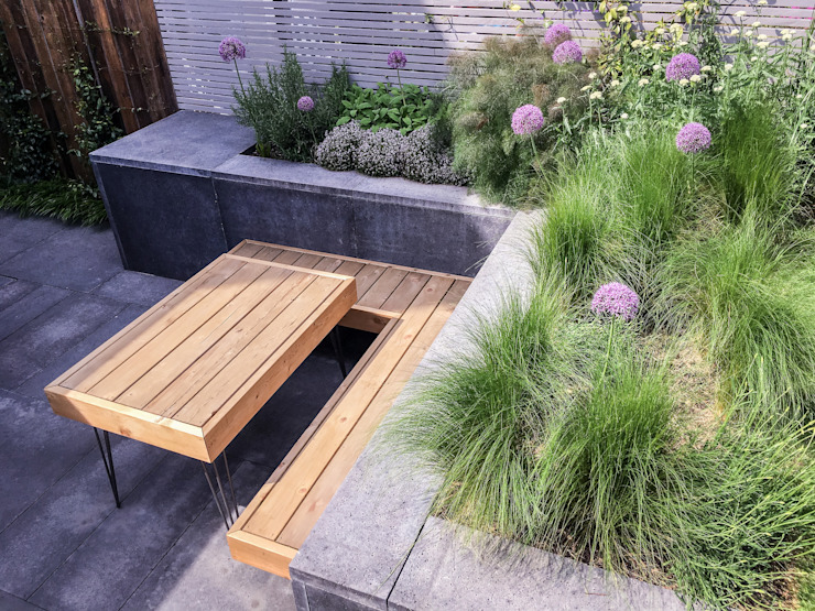 Bespoke Western Red Cedar hairpin leg table and built in floating bench โดย Tom Massey Landscape & Garden Design โมเดิร์น