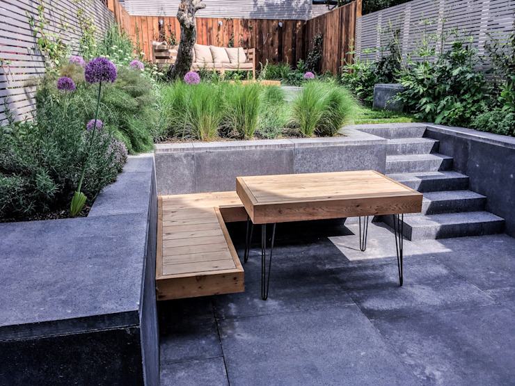 Bespoke Western Red Cedar hairpin leg table and built in floating bench Moderne tuinen van Tom Massey Landscape & Garden Design Modern