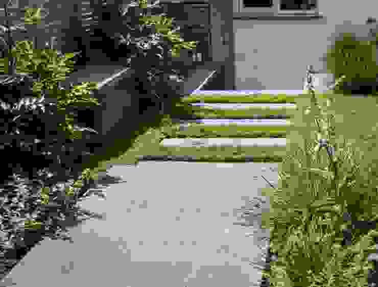 Concrete paving and bench Tom Massey Landscape & Garden Design Modern garden