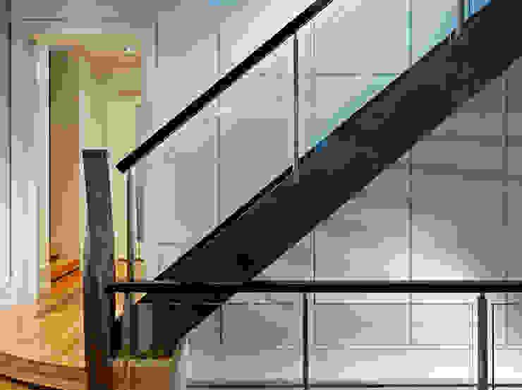 Pasillos, vestíbulos y escaleras modernos de Douglas Design Studio Moderno