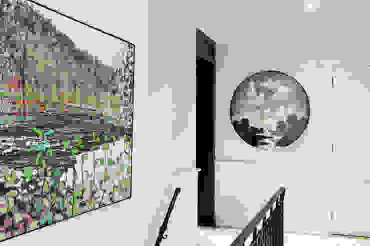 Nowoczesny korytarz, przedpokój i schody od Douglas Design Studio Nowoczesny