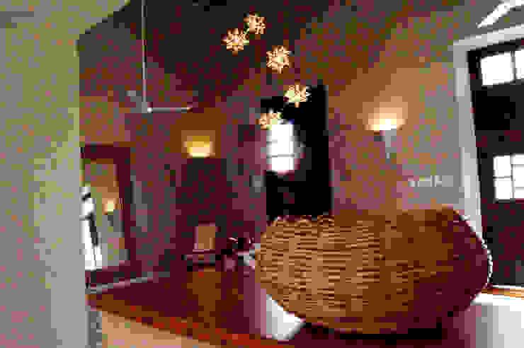 Arbotantes cónicos de tablarroca vistos desde la barra del comedor Quinto Distrito Arquitectura SalasIluminación Tablero DM Beige