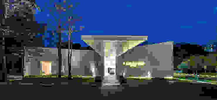 UOL Frame Gallery by MinistryofDesign Modern