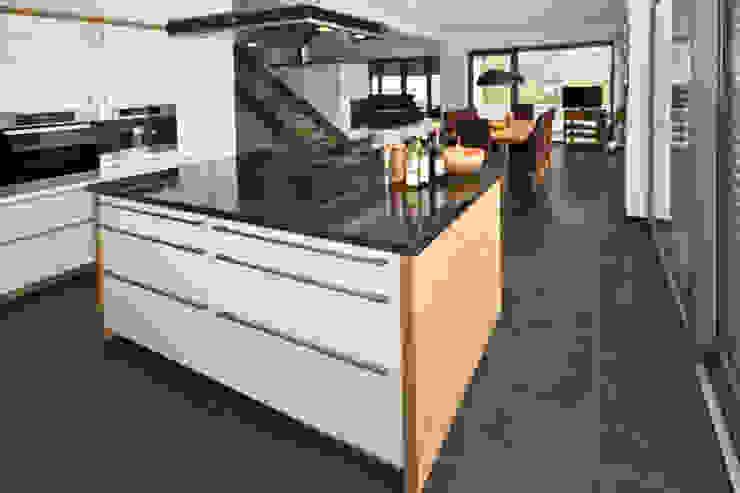 Natursteinboden aus brasilianischem Schiefer Moderne Küchen von Rossittis GmbH Modern Stein