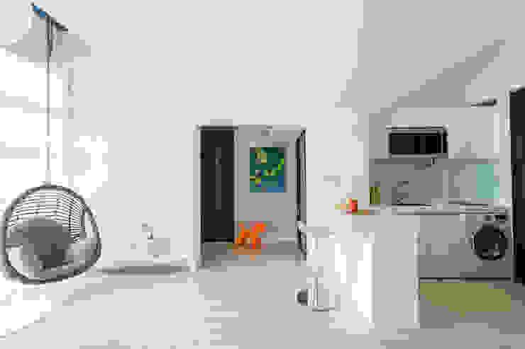 Couloir, entrée, escaliers scandinaves par 宅即變空間微整形 Scandinave