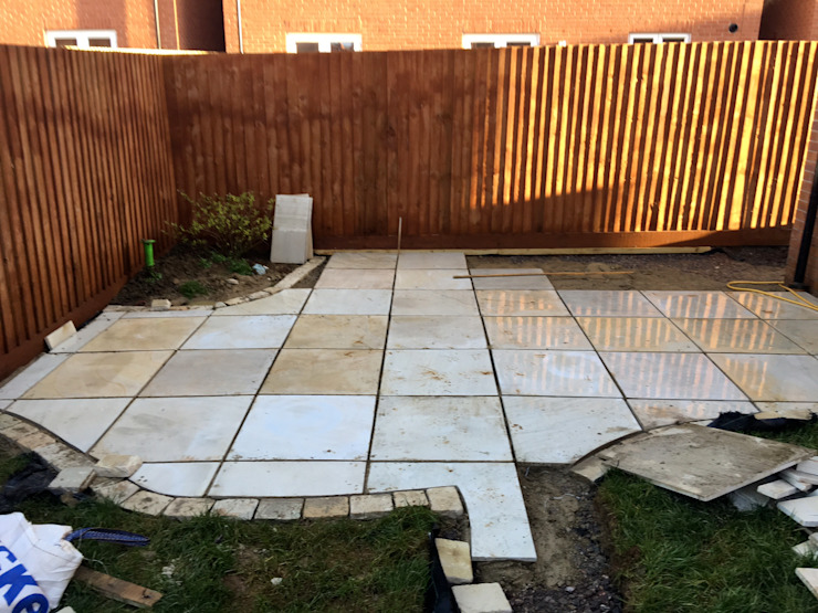 Building the first patio Jane Harries Garden Designs Giardino moderno Piastrelle