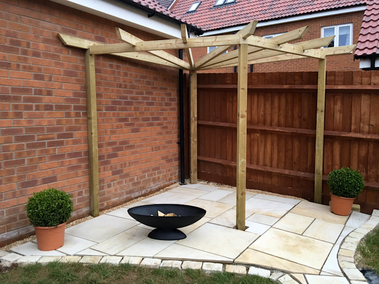 Building the pergola in the private area Modern garden by Jane Harries Garden Designs Modern Wood Wood effect
