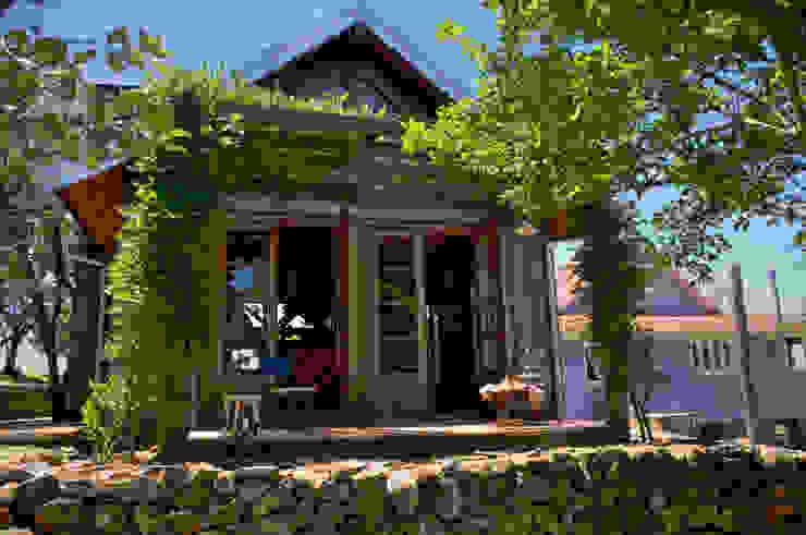 Casas de estilo rústico de CABRAL Arquitetos Rústico Madera maciza Multicolor