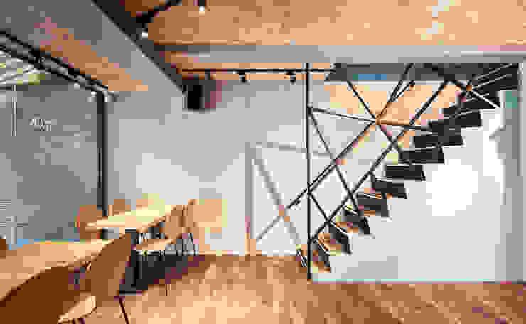 兩層樓連接的橋樑。 根據 有偶設計 YOO Design 現代風