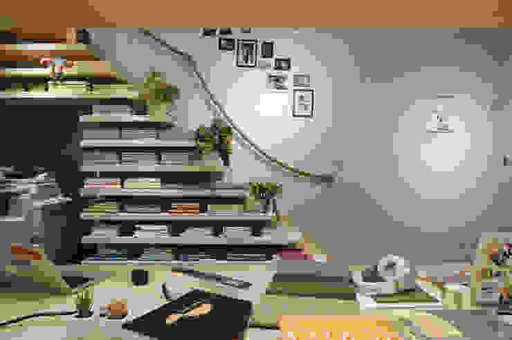 令人驚豔的樓梯書櫃。 根據 有偶設計 YOO Design 北歐風