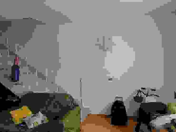 Escada antes da reforma. Sofá muito velho e deteriorado, mal posicionado. homify