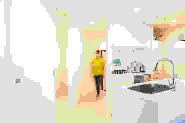 バスルームの広さをとるために玄関からの通路は斜めに配置 株式会社ブルースタジオ モダンスタイルの 玄関&廊下&階段