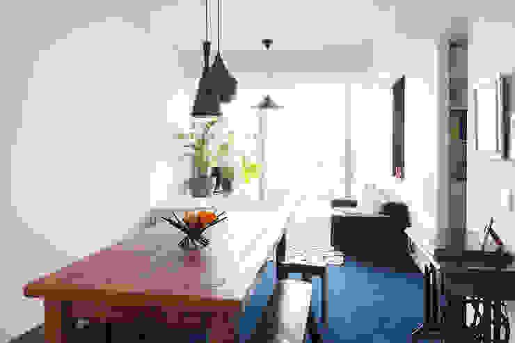 リビングは、印象的なブルーのカーペット 株式会社ブルースタジオ モダンデザインの リビング