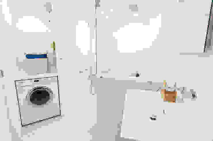 ミーレの洗濯乾燥機を設置 株式会社ブルースタジオ モダンスタイルの お風呂