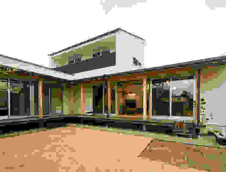 中庭からLDKを眺めます。: FrameWork設計事務所が手掛けた家です。