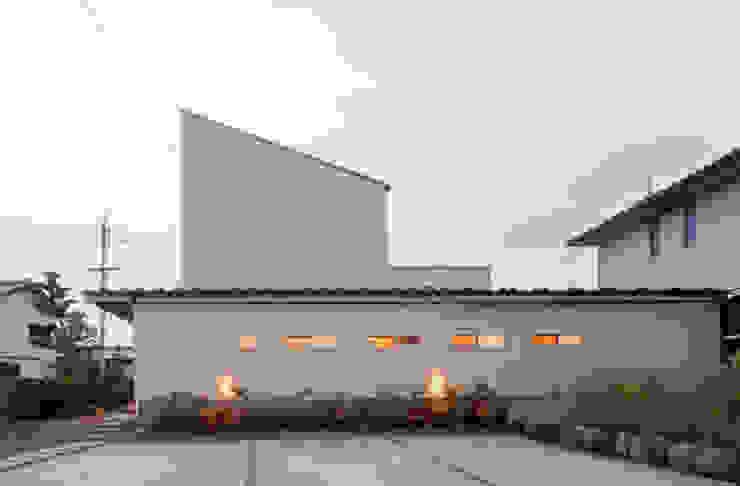 外観です。2階の屋根勾配は太陽光発電に有利な30度の傾斜があります。: FrameWork設計事務所が手掛けた家です。