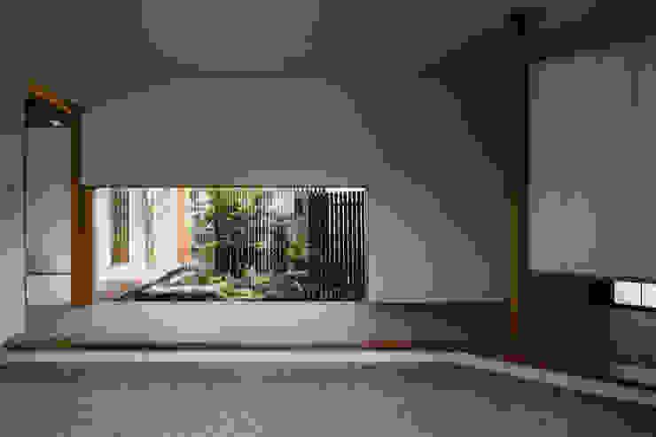 ある画家のアトリエ 乗松得博設計事務所 モダンスタイルの 玄関&廊下&階段 石 緑