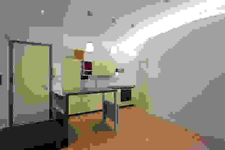 Studio piccolo - open space Soggiorno moderno di Daniele Arcomano Moderno Legno Effetto legno