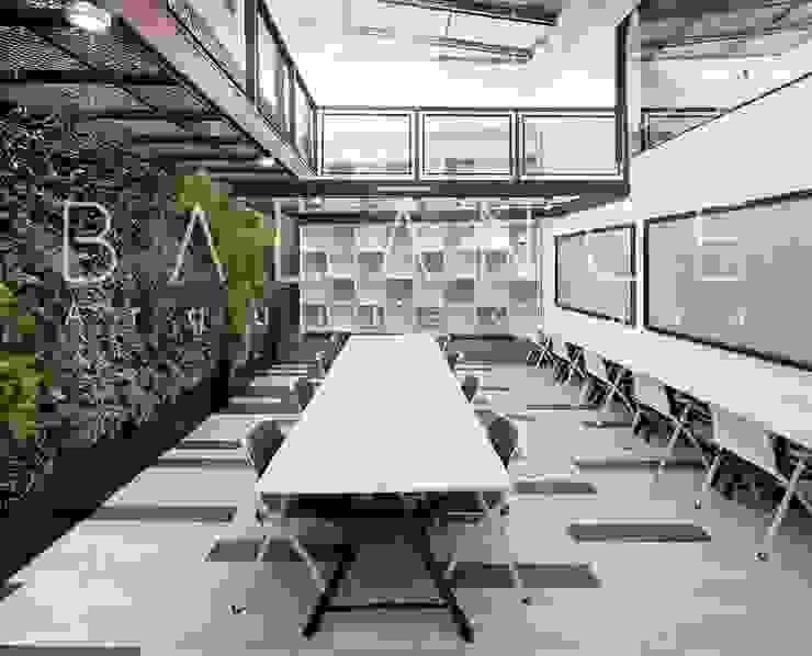 ZONA DE TRABAJO CON MURO VERDE, BIBLIOTECA DOBLE ALTURA Y MOBILIARIO de Balance Arquitectura Moderno