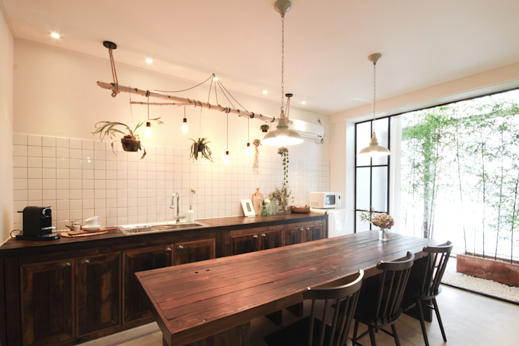 Country style dining room by 디자인투플라이 Country